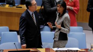 La embajadora de EEUU ante la ONU, Nikki Haley, el 29 de noviembre de 2017 en Nueva York junto a su par surcoreano Cho Tae-yul.