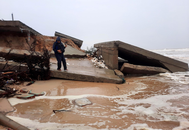 Ảnh minh họa : Cầu ở Quảng Trị bị sập vì bão Vamco. Ảnh ngày 15/11/2020.