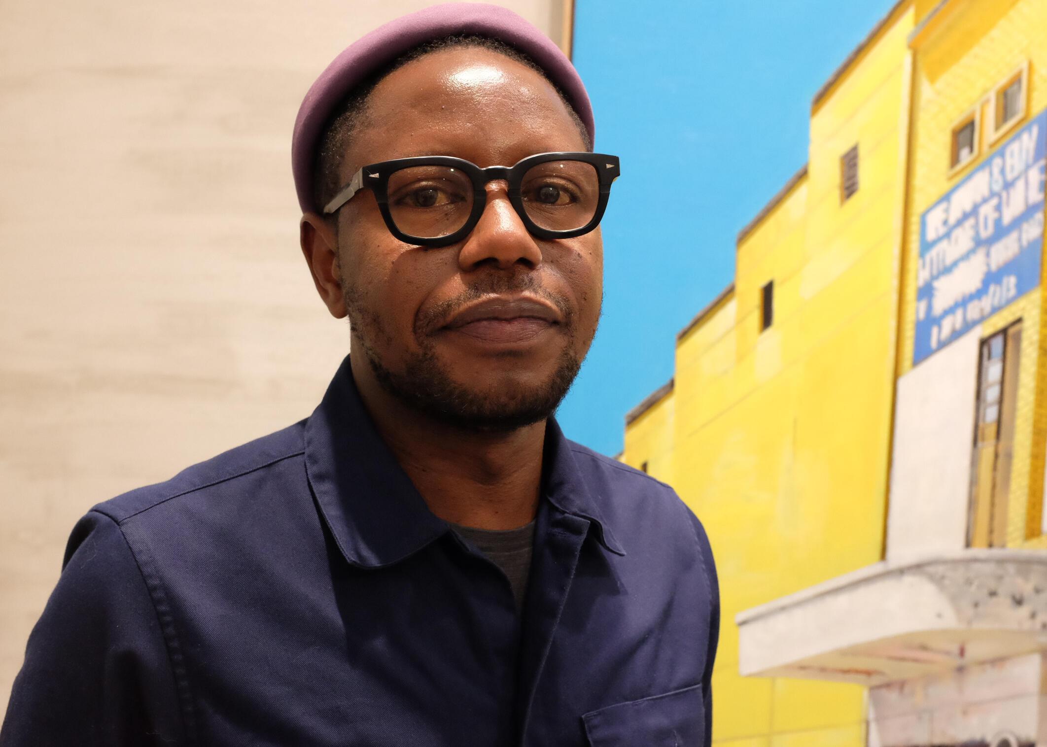 L'artiste sénégalais Cheikh Ndiaye peint depuis 2010 une série de tableaux sur des salles de cinéma abandonnées ou disparues en Afrique.  © Siegfried Forster / RFI