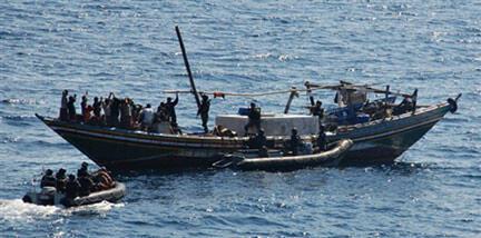 Des commandos de la marine indienne arraisonnent un bateau de pirates dans le Golfe d'Aden le 13 décembre 2008.