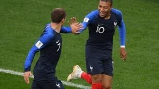 Kylian Mbappé et Antoine Griezmann célèbrent le but du premier.