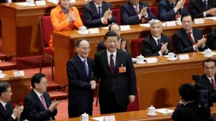 王岐山当选中国国家副主席后与习近平握手2018年3月17日