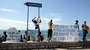 Grupos de imigrantes bloqueados protestam na fronteira da Itália com a França