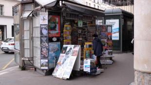 Quiosque de jornais em Paris