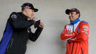 Les pilotes français de MotoGP Fabio Quartararo (gauche) et Johann Zarco posent pour les photographes, après la conférence de presse en amont du Grand Prix de France, au Mans, le 13 mai 2021