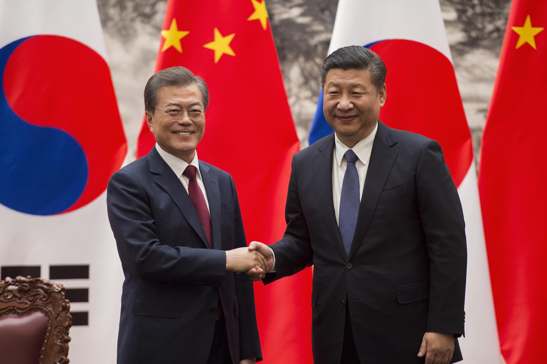 Tổng thống Hàn Quốc Moon Jae In và chủ tịch Trung Quốc Tập Cận Bình sau lễ ký kết tại Đại Lễ Đường Nhân Dân, Bắc Kinh, ngày 14/12/2017.