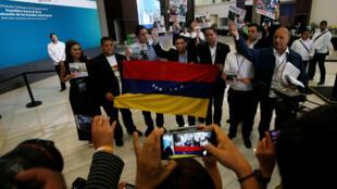Diputados venezolanos de la oposición y miembros de la diáspora venzolana protestan en Cancún, donde se celebró la Asamblea General de la OEA, el 21 de junio de 2017.