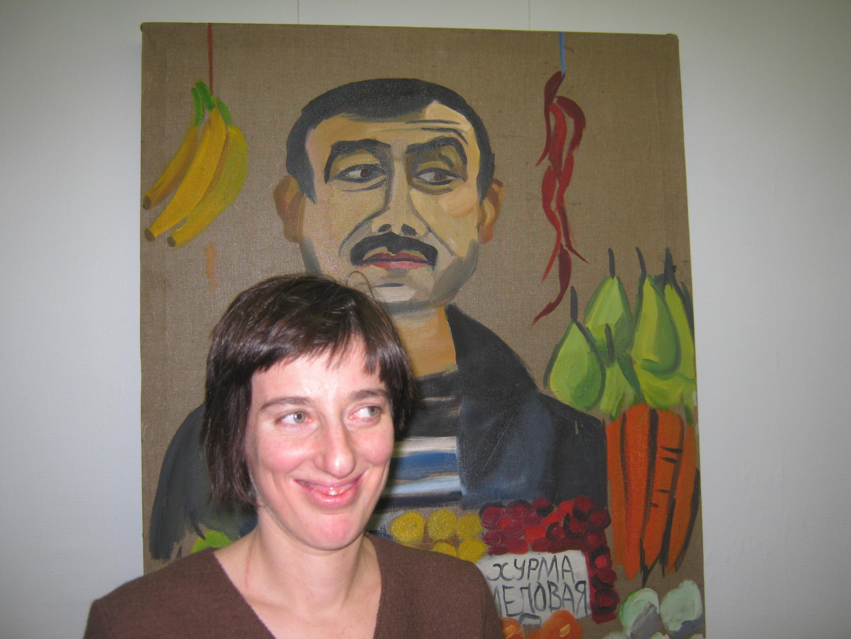 Художница Евгения Голант у одной из своих картин
