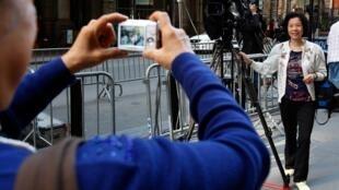O prédio de Strauss-Kahn virou atração e os turistas não estão perdendo a oportunidade de se fazer fotografar.