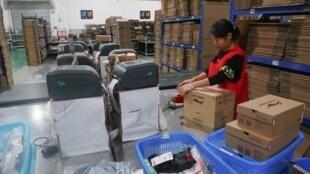 一名中国物流业女工资料图片