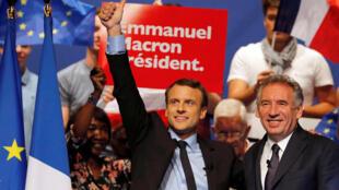 Ông Emmanuel Macron (T) và ông François Bayrou, lãnh đạo đảng MoDem trung lập trong một buổi mit-tinh tại của ứng viên Tiến Bước! tại thành phố Pau nơi ông Bayrou làm thị trưởng, ngày 12/04/2017.