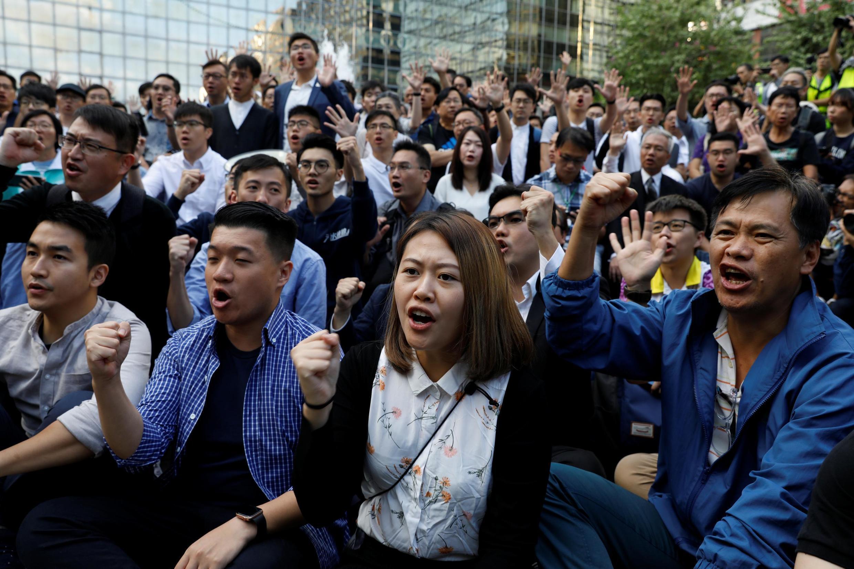 香港民主派新當選議員在理大校園外要求當局放人2019年11月25日