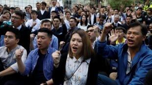 香港民主派新当选议员在理大校园外要求当局放人2019年11月25日