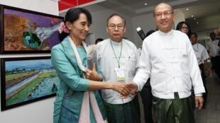 Lãnh đạo đối lập, bà Aung San Suu Kyi (trái) đến dự Diễn đàn Tăng trưởng Xanh và Kinh tế Xanh, Rangoon, 04/11/2011