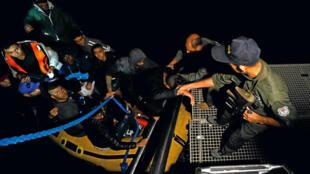 Un groupe de Tunisiens candidats à l'immigration accoste à Bizerte après avoir été secouru par la marine tunisienne, le 12 octobre 2017.