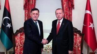 ប្រធានាធិបតីតួកគី លោក Erdogan ជួបពិភាក្សាជាមួយនាយករដ្ឋមន្រ្តីលីប៊ី លោកFayez al-Sarraj ដែលដឹកនាំរដ្ឋាភិបាលនៅទីក្រុងទ្រីប៉ូលី ទទួលស្គាល់ដោយអង្គការសហប្រជាជាតិ នៅទីក្រុងអ៊ីស្តង់ប៊ូល ថ្ងៃទី ២៧វិច្ឆិកា ២០១៩