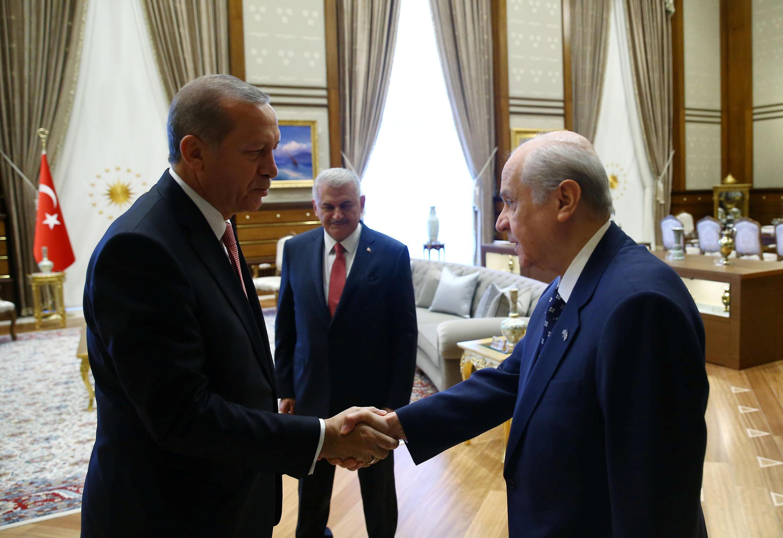 Tổng thống Thổ Nhĩ Kỳ Recep Tayyip Erdogan (trái) tiếp thủ lãnh đảng MHP, Devlet Bahceli tại Dinh tổng thống ở Ankara25/07/2016.