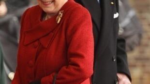 La reine d'Angleterre, Elisabeth II, le 26 octobre 2010, avec au deuxième plan son mari le Duc d'Edimbourg.