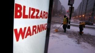 A Washington, les agents déblayent la neige des rues, le vendredi 22 janvier.