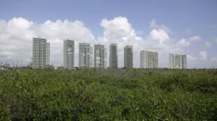 Des immeubles résidentiels construits dans une réserve de mangrove à Cancun.