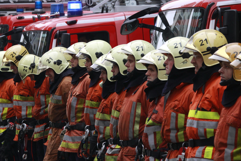 Lính cứu hỏa ở Bruxelles dành một phút mặc niệm để tưởng nhớ các nạn nhân.
