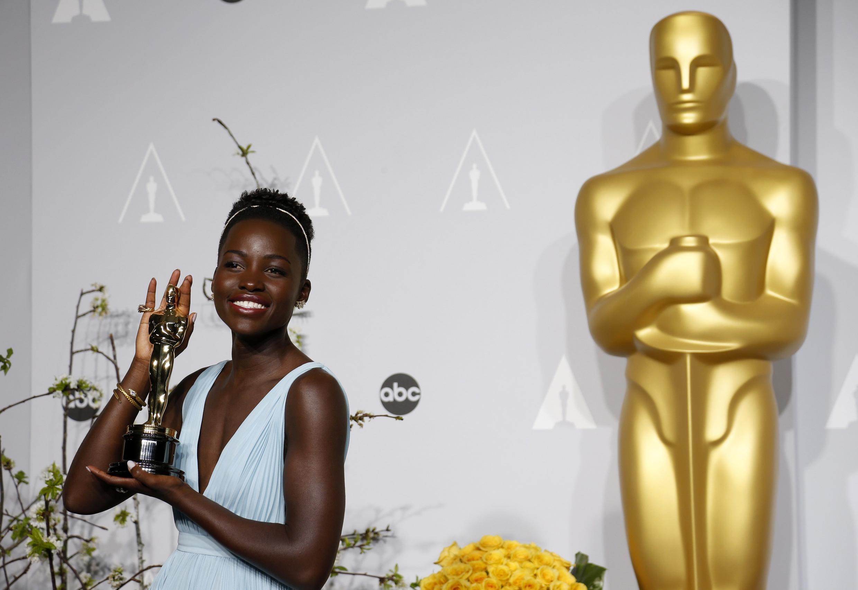 """La actriz Lupita Nyong'o al recibir el Oscar por """"Doce años de esclavitud"""" en 2014."""