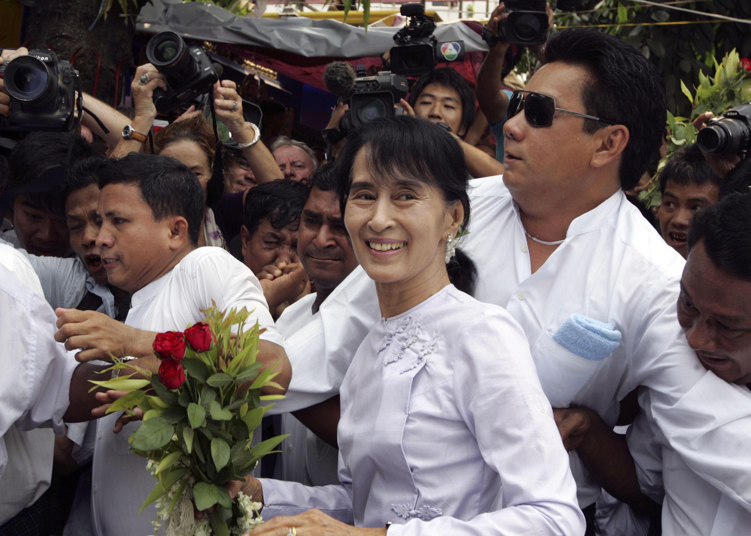 Ảnh tư liệu: Bà Aung San Suu Kyi tới trụ sở đảng Liên đoàn Quốc gia vì Dân chủ, Rangoon, Miến Điện, ngày 02/04/2012.