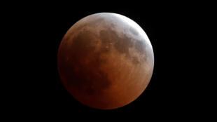 Photographie de la Lune pendant l'éclipse lunaire du 27 juillet 2018 au Caire en Égypte