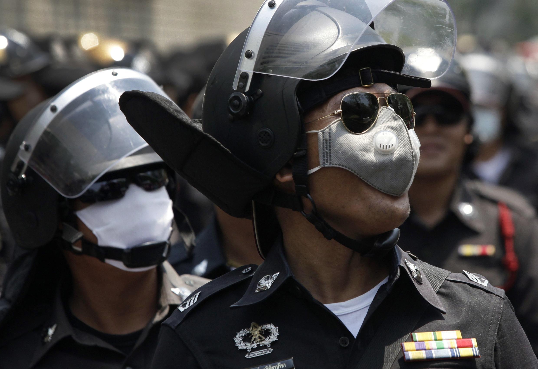 Policías antidisturbios ante el edificio de la ONU en Bangkok, 22 de abril de 2010.