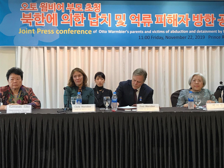 韩国首尔 2019年11月22日 周五  美国前人质父母 Cindy et Fred Warmbier, parents du jeune Otto, étudiant américain mort des suites de sa captivité en Corée du Nord, à Séoul ce vendredi 22 novembre 2019.