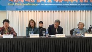 Cindy et Fred Warmbier, parents du jeune Otto, étudiant américain mort des suites de sa captivité en Corée du Nord, à Séoul ce vendredi 22 novembre 2019.