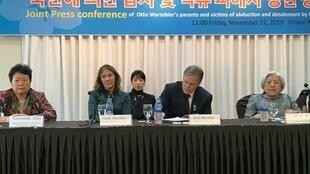 韓國首爾 2019年11月22日 周五  美國前人質父母 Cindy et Fred Warmbier, parents du jeune Otto, étudiant américain mort des suites de sa captivité en Corée du Nord, à Séoul ce vendredi 22 novembre 2019.
