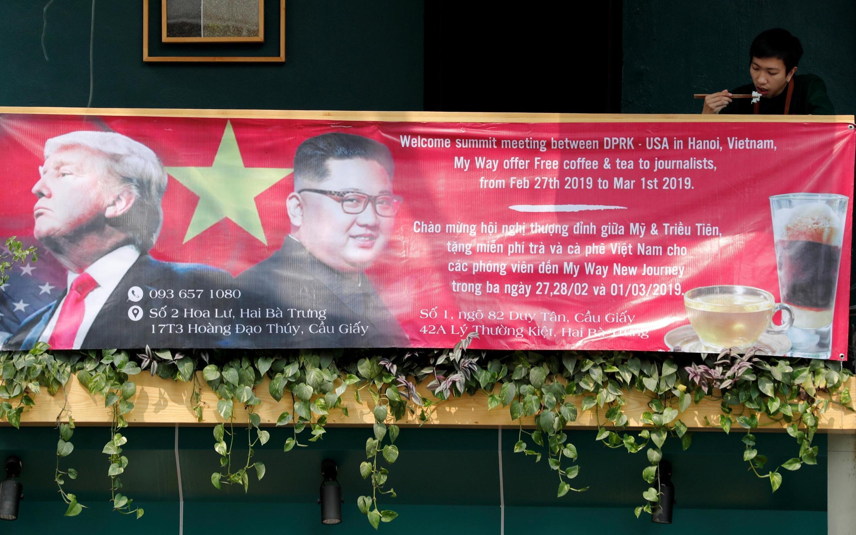Một băng-rôn chào mừng cuộc họp thượng đỉnh giữa hai nhà lãnh đạo Donald Trump và Kim Jong Un tại Hà Nội, Việt Nam ngày 01/03/2019.