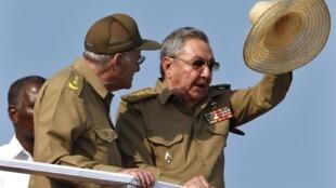 Chủ tịch Cuba Raul Castro (phải) và bộ trưởng Nội vụ Abelardo Colome