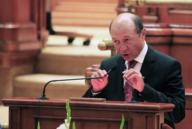 Ông Traian Basescu phát biểu trước Quốc hội sau khi bị đình chỉ chức vụ (Reuters)