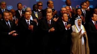 Presidente da Turquia, Recep Tayyip Erdoğan, e secretário-geral da ONU, Ban Ki-moon (ao centro) na abertura da Cúpula Humanitária Mundial.