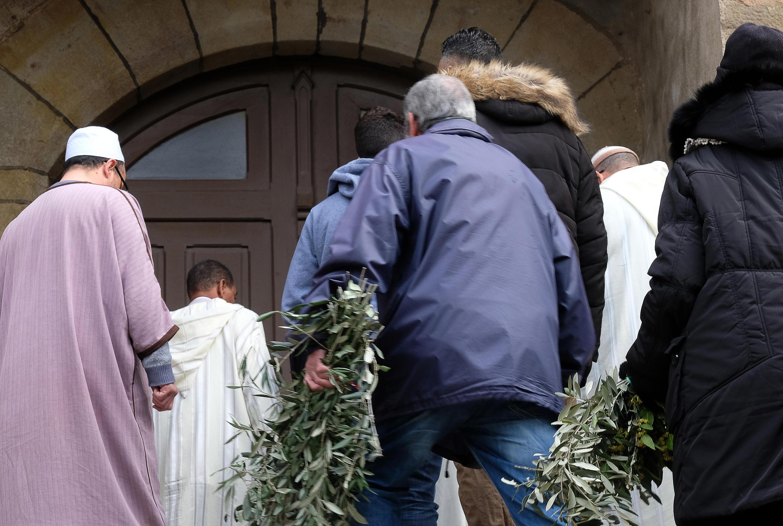 Fieis na igreja de Saint-Etienne de Trèbes, onde foi realizada uma missa em homenagem às vítimas dos ataques terroristas.