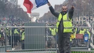 Les affrontements entre forces de l'ordre et gilets jaunes perdurent sur les Champs-Elysées.
