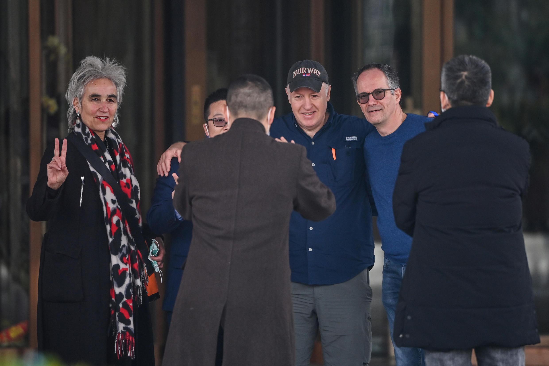 Peter Daszak (con gorra) posa para una foto junto a otros miembros del equipo de expertos de la OMS, el 10 de febrero de 2021 en la ciudad china de Wuhan