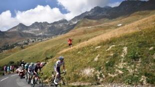 Le Français Julian Alaphilippe, devant ses compagnons d'échapée sur le Tour de France lors de la montée vers Méribel, le 16 septembre 2020