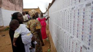 Listas electorales en uno de los centros de votación en Bamako.
