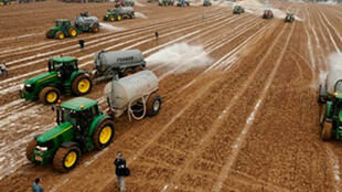 Des fermiers belges jettent quelque 3 millions de litres de lait, dans un champ de Ciney, dans le sud du pays, en 2009.