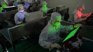 Công nhân làm việc trong một phân xưởng sản xuất màn hình tinh thể lỏng (LCD), tỉnh Hồ Bắc, Trung Quốc. Ảnh chụp ngày 8/5/2013.