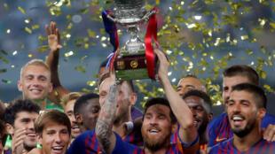 Messi soulève la Supercoupe d'Espagne, une nouvelle fois, avec ses coéquipiers, le 12 août 2018 à Tanger au Maroc, après la victoire de FC Barcelone contre Séville.