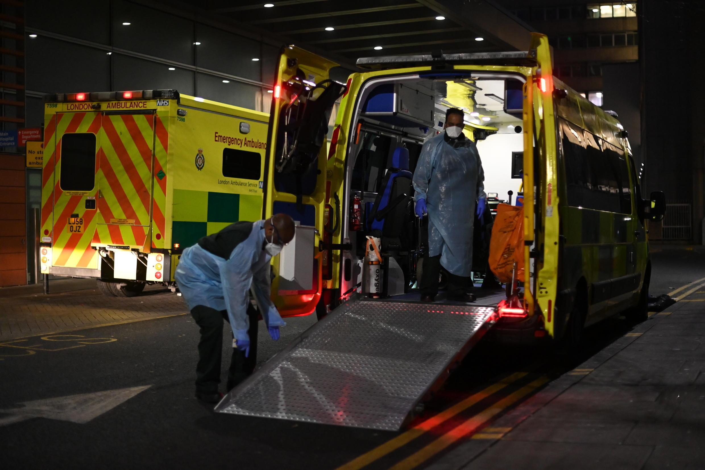 Una ambulancia con un enfemo de covid-19 en el hospital Royal London en Londres el 10 de enero de 2021