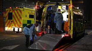 Una ambulancia con un enfemo de covid-19 en el hospital Royal London en Londres el 10 de enero de 2021