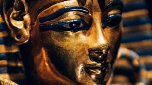 Féretro en miniatura con la imágen de Tutankamón.