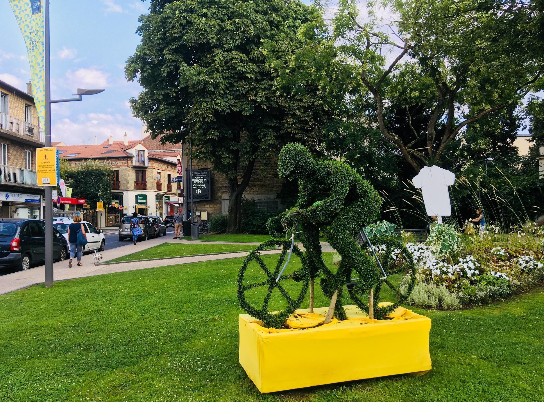 У мэрии Уя крутит педали декоративный велосипедист