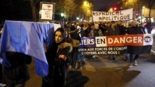 Manifestation de policiers dans les rues de Paris (décembre 2016).