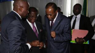 Mpatanishi katika mazungumzo ya kitaifa DRC Edem Kojo akiteta na wajumbe wa serikali punde baada ya kikao cha Jumatano Septemba 07 2016 mjini Kinshasa.